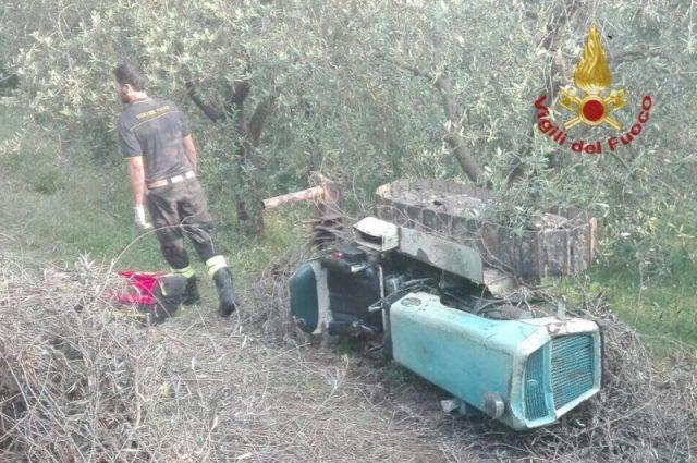 trattore ribaltato che ha schiacciato ed ucciso un uomo