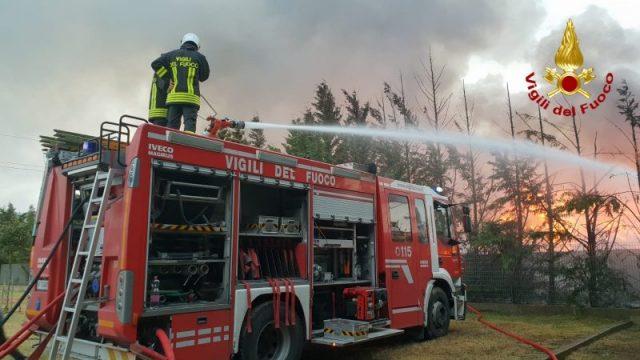 vigilid el fuoco che spengono incendi