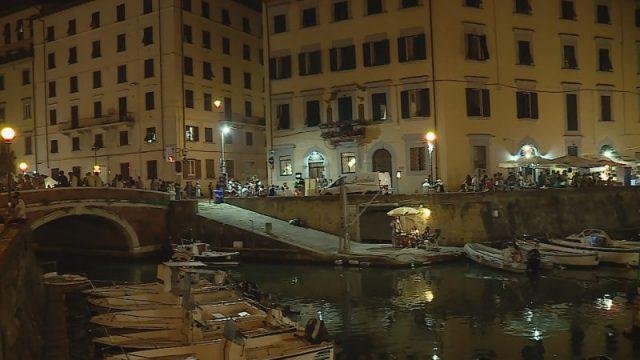 gente sui Fossi Medicei di Livorno durante Effetto Venezia
