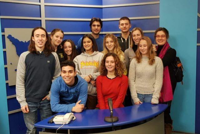 I ragazzi del vespucci nello studio del Tg di Granducato