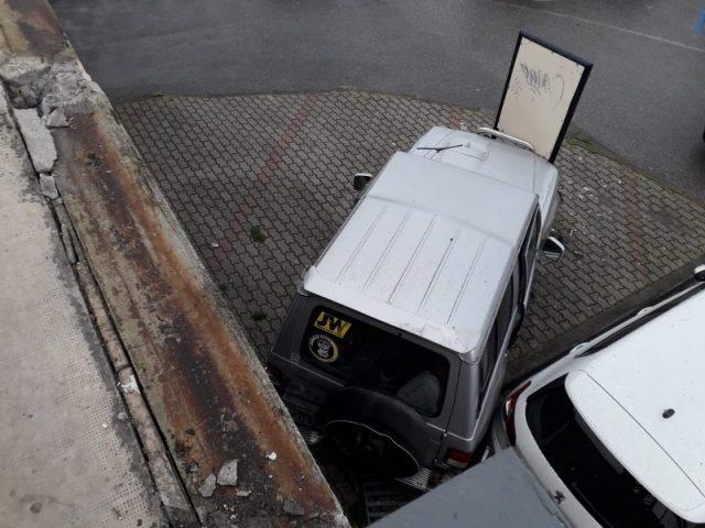 Auto giù da un ponte: sfiorato il dramma