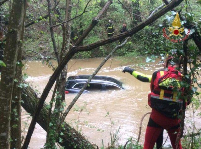 l'auto sommersa dall'acqua del Pavone a Castelnuovo Val di Cecina