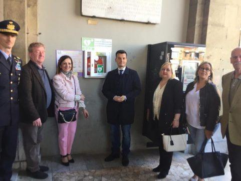 Defibrillatore sotto Torre dell'Orologio a Pisa