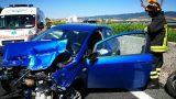 Fiat Punto urta le barriere distruggendo veicolo