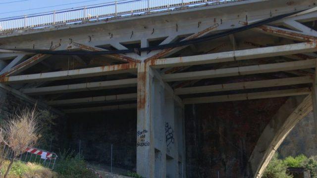 Ponte di Calafuria, la corrosione sotto la struttura