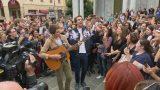 Mika canta in strada a Livorno