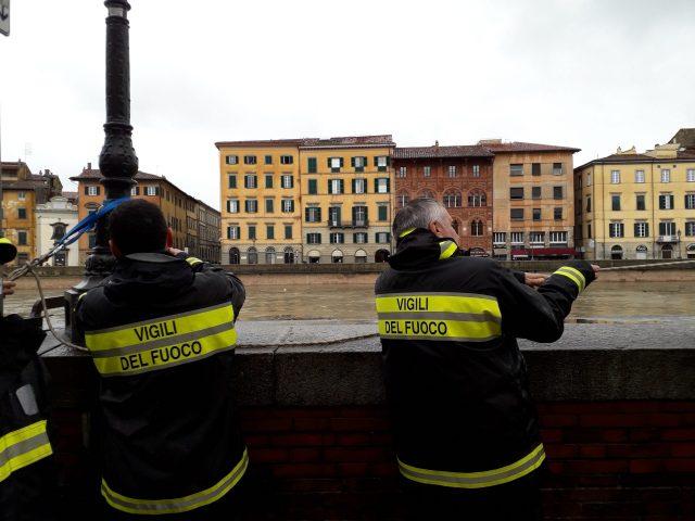 Arno sorvegliato speciale, al lavoro i vigili del fuoco