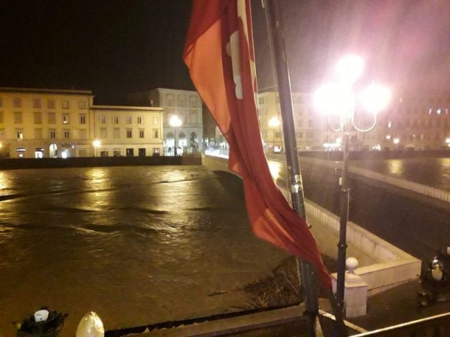 Arno in piena mentre piove