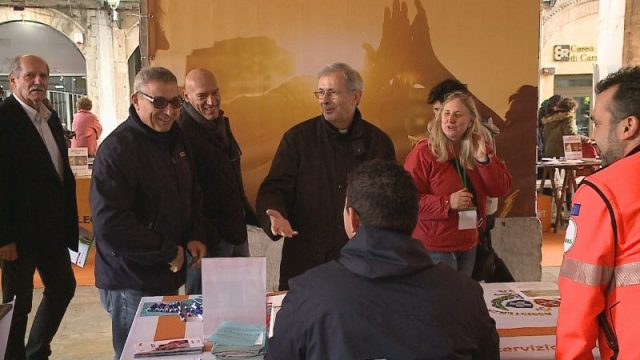 Mons. Benotto a Volontariato in Piazza