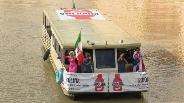 i clown in barca sull'Arno